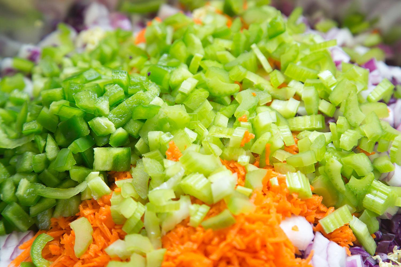 Selerie Karotte und Zwiebel geschnitten